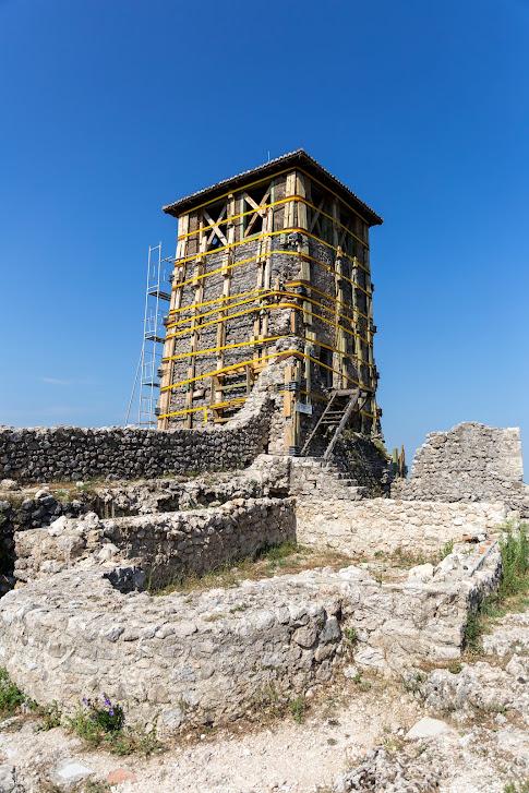 zamek Skanderbega, wieża zegarowa