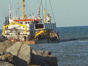 Photo: Embarcação pegando pedras para quebramar