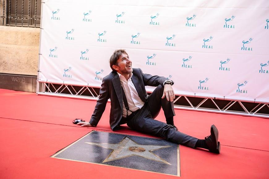 El actor malagueño posa sonriense junto al lucero que lleva su nombre.