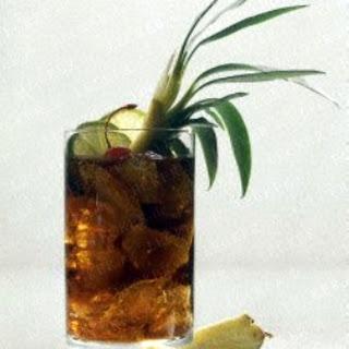 Cola-Rum mit Ananas.