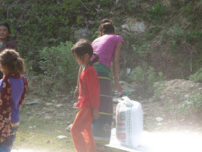 Photo: Familias de Dhading recogiendo sacos de arroz.