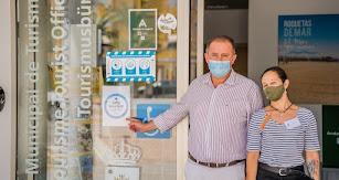 El concejal muestra el sello Safe Tourism en la Oficina de Turismo de Roquetas.