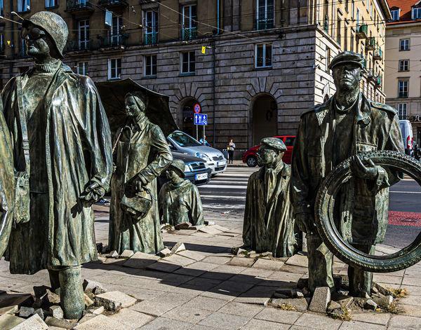 """7 - grupa rzeźb """"Anonimowi Piesi"""" - ..."""