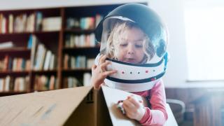 una niña con un casco de astronauta