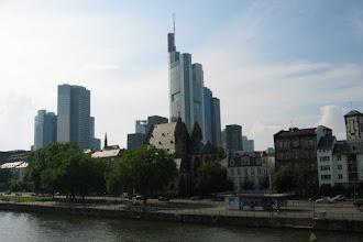 Photo: De skyline van Frankfurt gezien vanaf de rivier de Main.