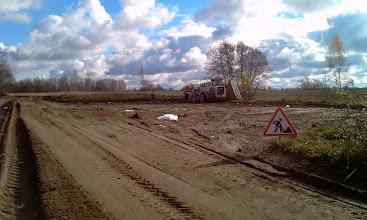 Photo: Kairė aikštės pusė po stabilizavimo cheminiu priedu UPD ir 2% cemento.