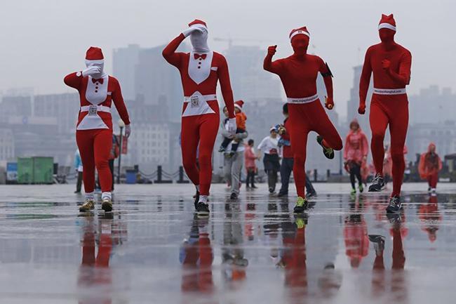Đông đảo các thí sinh mặc trang phục ông già Noel tham gia cuộc thi chạy từ thiện ở Thượng Hải, Trung Quốc.
