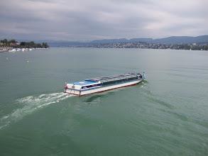 Photo: Такая низкая лодка - чтобы проходить под мостами реки Limmat (центр города там, где она впадает в Zurich Sea)