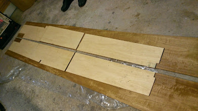 Photo: Dørkpladerne er lagt ud på teakfineren, og er klar til den første, rå udskæring.