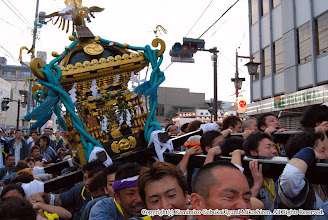 Photo: 【平成19年(2007) 本宮】 夜間渡御開始。景気付けに神輿もみ。