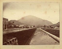 Photo: Avenida Keoler. À esquerda, Palácio do Barão do Catete, atual sede da Prefeitura Municipal. Foto da década de 1870