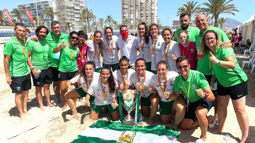 Andalucía posando con el título y la bandera tras un gran campeonato.