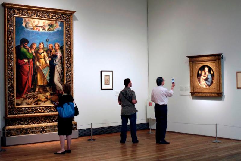 """Photo: A la izquierda """"Santa Cecilia"""" de Rafael y a la derecha """"La Virgen de los candelabros"""" de   Rafael y taller On the left """"Santa Cecilia"""" by Raphael. on the right """"he Madonna dei Candelabri"""" by   Raphael and workshop"""