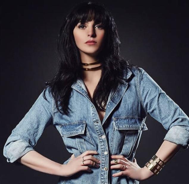 Gargantilha de metal: alerta de tendência Aliana Lohan