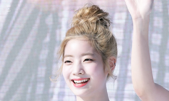 People Are Mesmerized By This GIF Of TWICE Dahyun Putting