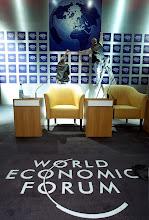 Photo: DAVOS,23JAN01 - Die Vorbereitungen auf das Jahrestreffen des World Economic Forums im Kongresszentrum von Davos laufen auf Hochtouren. Dekorateure der Pariser Firma Global Event Management legen an der Hauptbuehne Hand an. swiss-image.ch/Photo by Andy Mettler NO RESALES, NO ARCHIVES