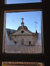 Photo: Vue sur la chapelle depuis le bureau documentation