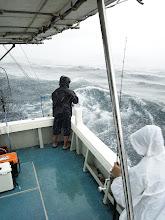 Photo: 「うわー!」 雨に打たれ、波・風に痛めつけられ・・・午前の部終了。 午後の部中止です。