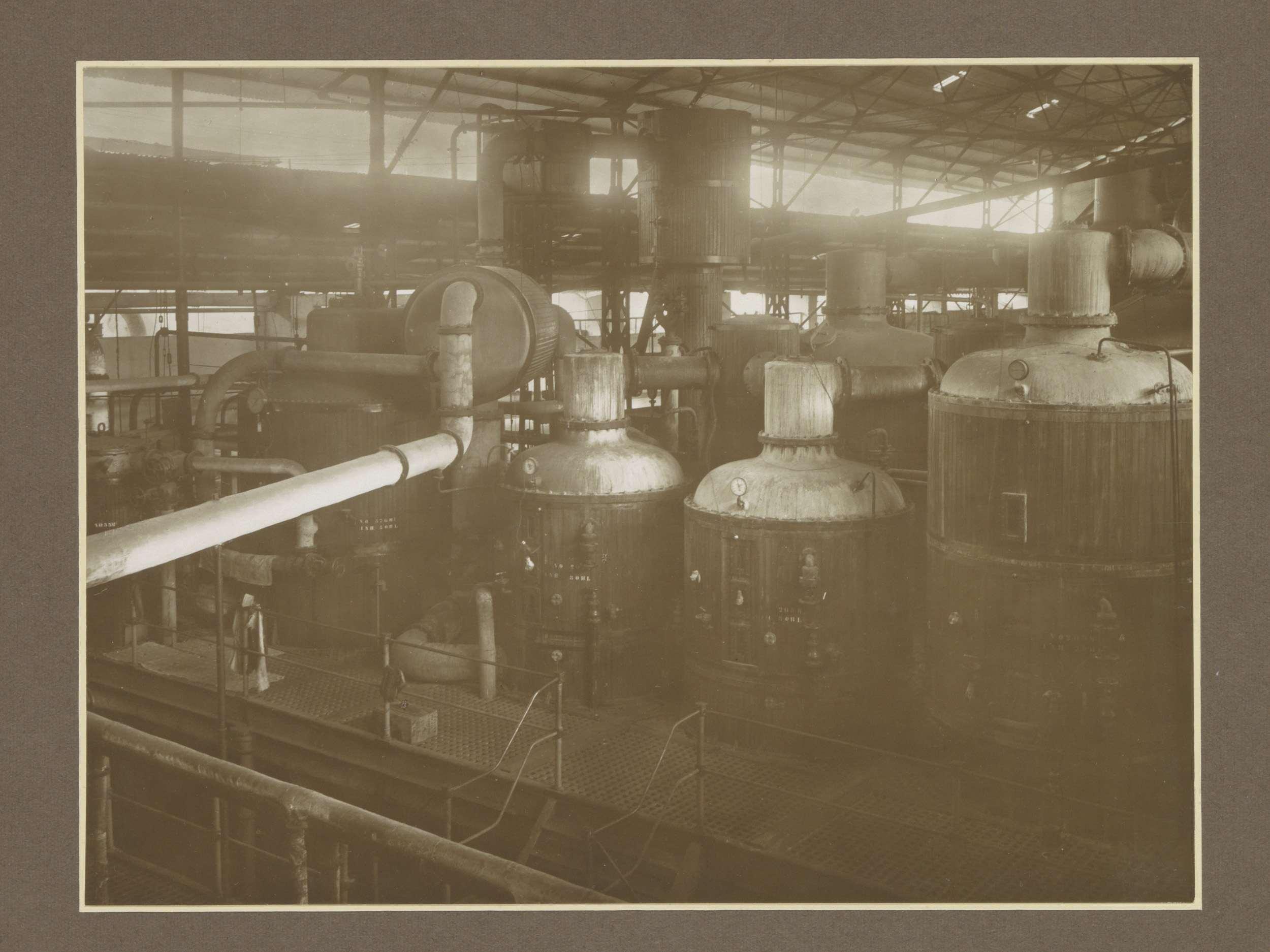 Luchtaanzicht van suikerfabriek Ngandjoek op Java