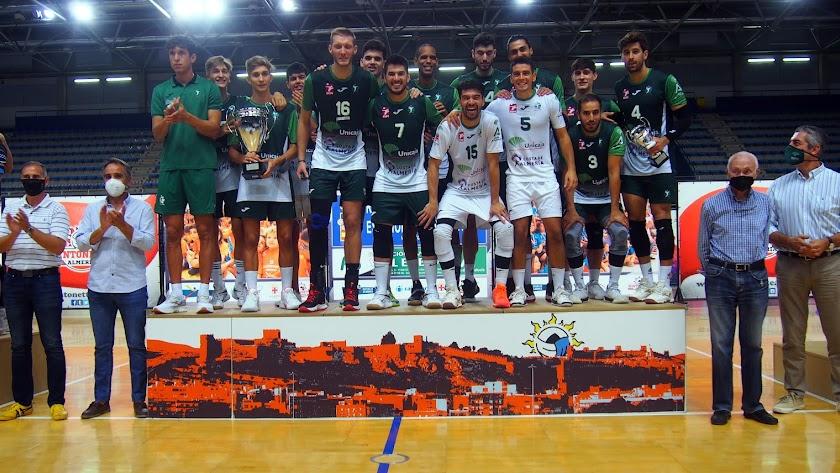 Unicaja Almería levantando el título en el Palacio.