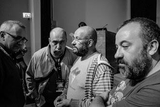 Photo: Javier @javierarmentia comunica, con discreción y preocupación, a Ignacio @microBIO, Javier y Jose @yojosemere que ha visto gente en los pasillos y que la cola llega más allá de la Puerta de Tannhäuser.