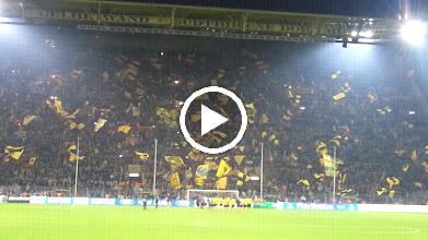 Video: Die Mannschaft von BVB feiert mit ihren Fans...