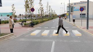 El concejal de Obras Públicas y Mantenimiento, José Andrés Cano, cruzando uno de los pasos instalados.
