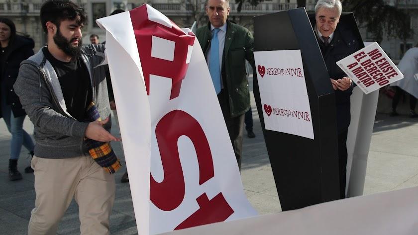 Varias personas de la organización Derecho a Vivir, frente al Congreso para protestar en contra de la despenalización de la eutanasia.