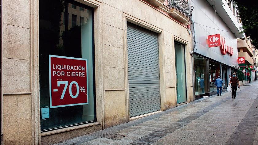 El Paseo de Almería presenta una imagen triste de avenida derrotada con grandes comercios en crisis.