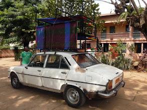 Photo: les autres sont chargés sur une vieille 504 Peugeot
