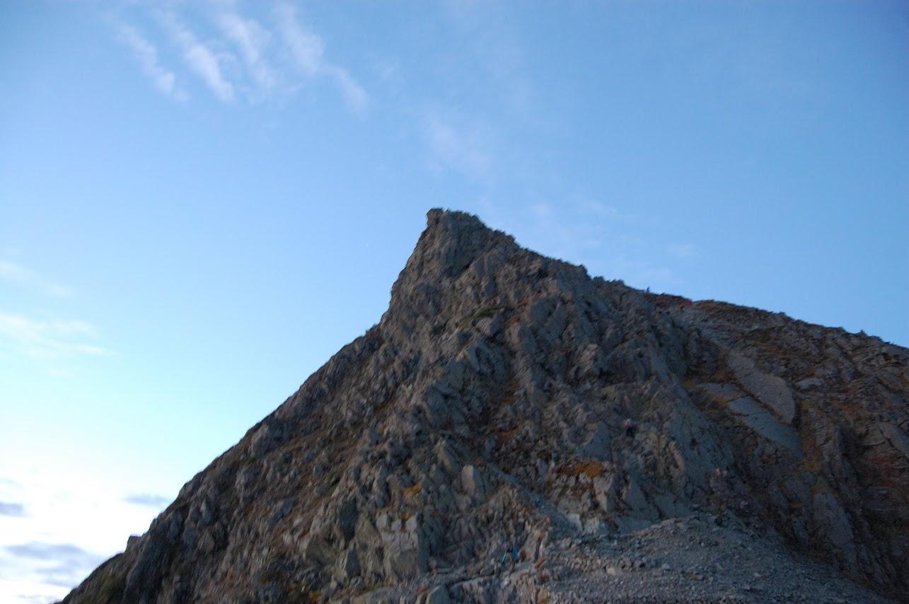 穂高山荘から朝の奥穂高岳の登り