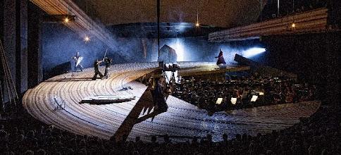 Photo: DIE WALKÜRE in Amsterdam (April 2013). Inszenierung: Pierre Audi. Zum Bericht von Dr. Klaus Billand. Der Zweikampf im 2. Akt. Foto: Marco Borggreve