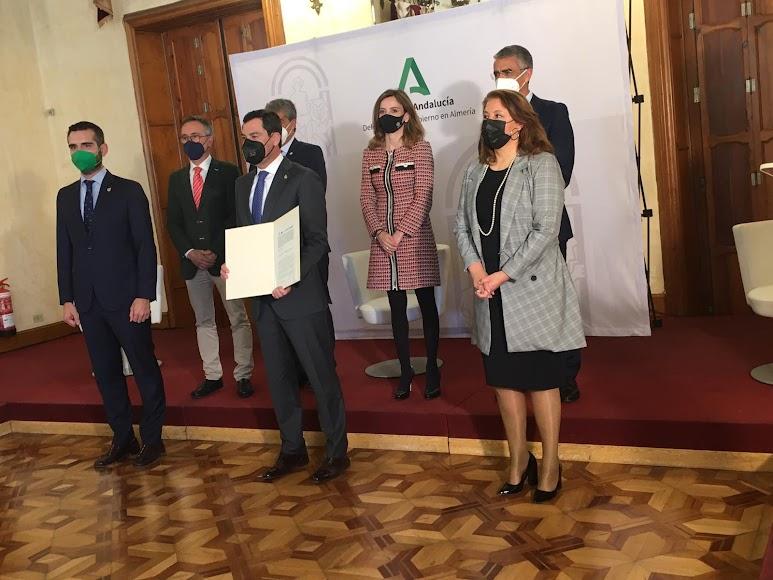 Imagen tras la firma del protocolo.