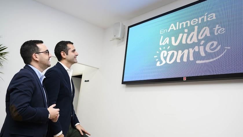 Ramón Fernández-Pacheco y Carlos Sánchez en la presentación del nuevo eslogan.
