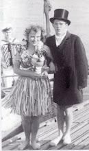 Photo: 1952 En del af besætningen på Kong Neptuns skib: En harmonikaspiller, en Hawaii-pige og skriver.