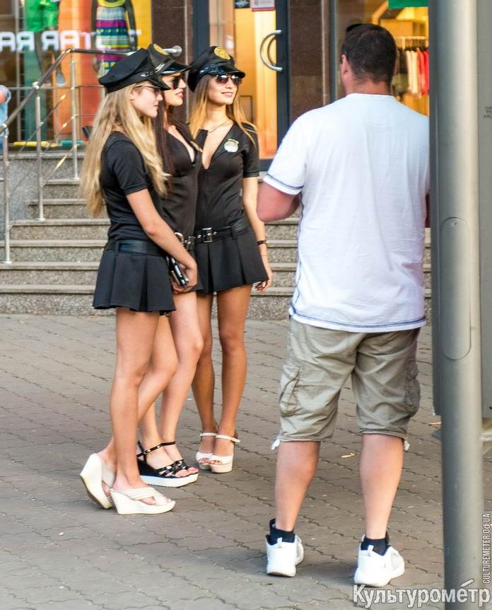 Фото на улицах в коротких юбках — pic 13