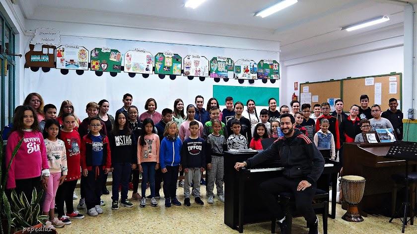 Los niños del coro de Adra en un ensayo previo.