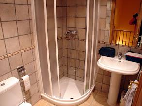 Photo: Cuarto de baño con ducha.