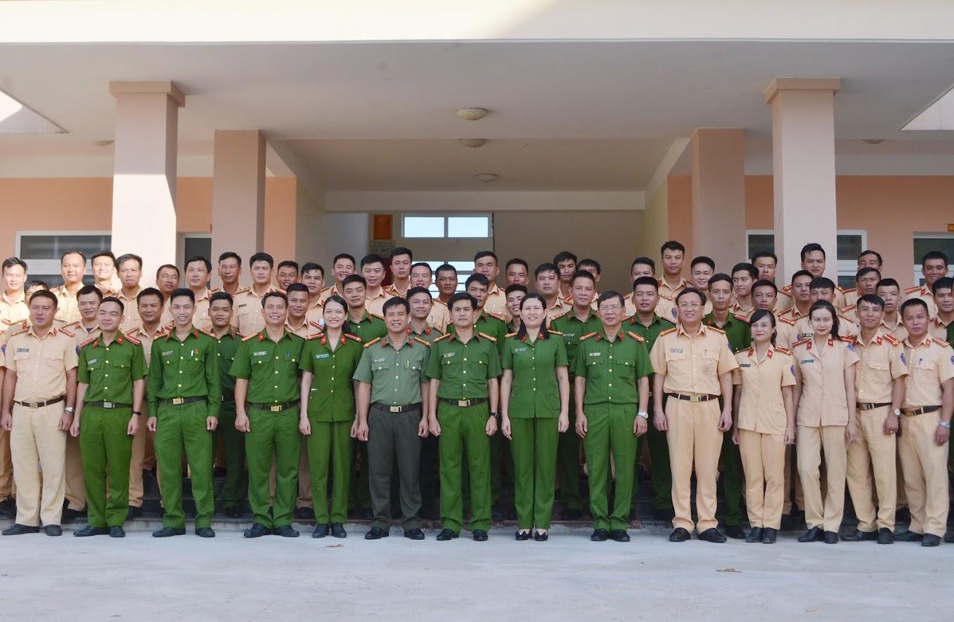 Các học viên chụp ảnh lưu niệm với Lãnh đạo Công an tỉnh Nghệ An và các báo cáo viên của Học viện Cảnh sát Nhân Dân.