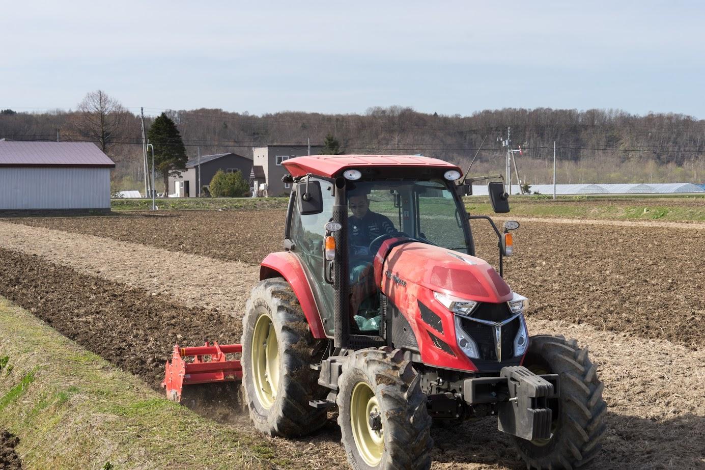 大型トラクターで耕す高田秋光さん