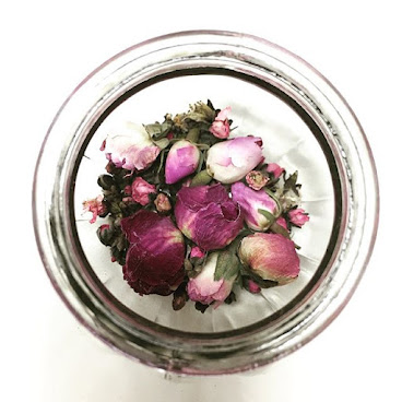 <Ruby> 成份:牡丹、桃花、粉紅玫瑰花 功效:蘊含豐富維他命C,促進血液循環,令肌膚光滑有彈性,改善暗啞面色,減淡斑紋,調節經期間之不適  花茶包裝: 1)茶包,$5,2包,可沖泡2杯 2)小玻璃瓶,$35,約40g,可沖泡~15杯 3)大玻璃瓶,$45,約60g,可沖泡~20杯  如需購買,歡迎留言訂購  #健康花茶#花果茶#花茶#牡丹#桃花#粉紅玫瑰花#美白#美肌#淡斑 #tea#herbal#herb#flora#flower