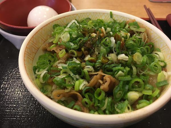 平價日式丼飯,喜歡滿滿蔥花和半熟蛋可以點蔥溫玉牛丼喔!