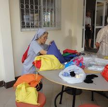 Photo: Sn3S0008-Dakar Pouponnière, préau, Sr Charito répartit dans sacs, les dons de 3 anglaises DSC00611
