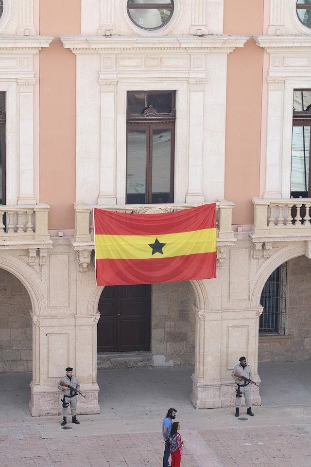 En Buza, la Casa Consistorial se convierte en un palacio presidencial.