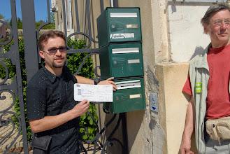 Photo: Manifestation Anti gaz de Schiste à Donzère (Drôme) dont le maire est Eric Besson, ministre de l'Energie.- 16 avril 2011 -   Guillaume Vermorel dépose un billet de train pour Monsieur le maire - © Olivier Sébart