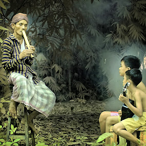 Bercengkrama sambil bermusik by Andi Irawan - People Street & Candids ( indonesia, human interest, people, natural, photography )