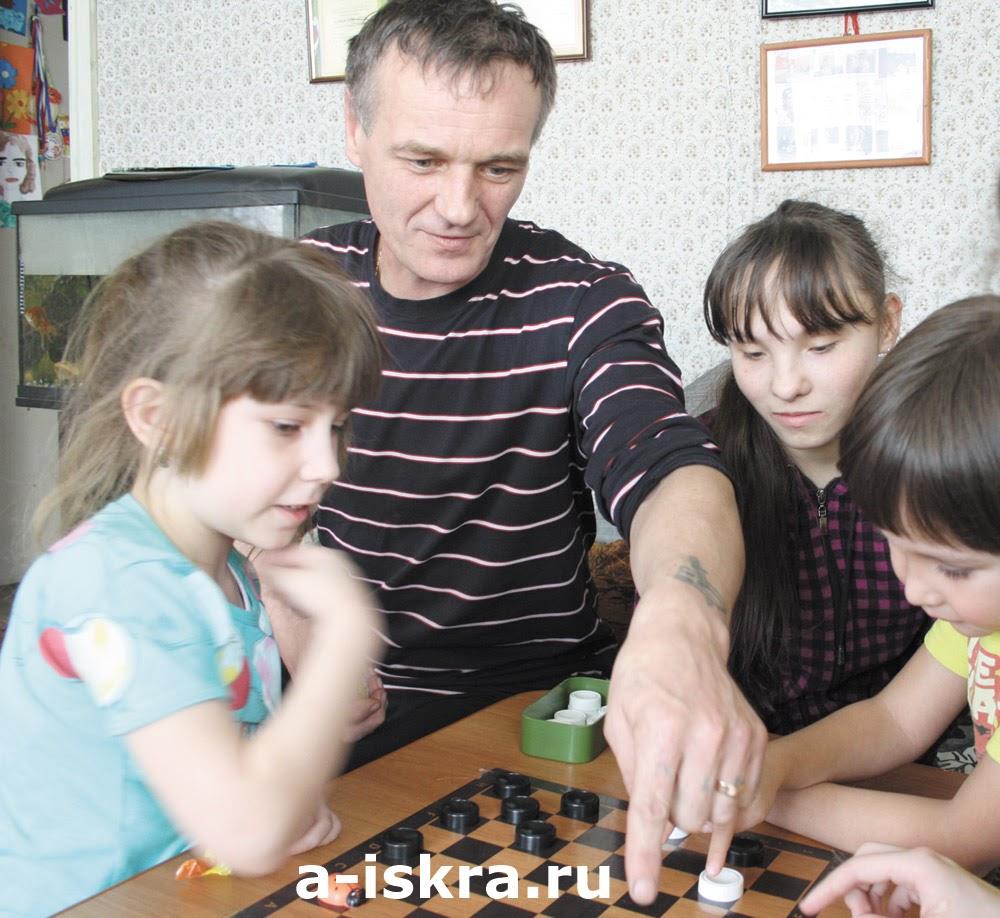 Пока мы устраивали шашечные баталии с папой Василием, Наташей, Яной и Алмазом...