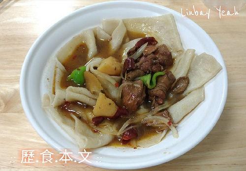 品新疆手工拉麵,來自新疆的道地美食,滿滿羊味的手抓飯跟超有嚼勁的皮帶麵!!