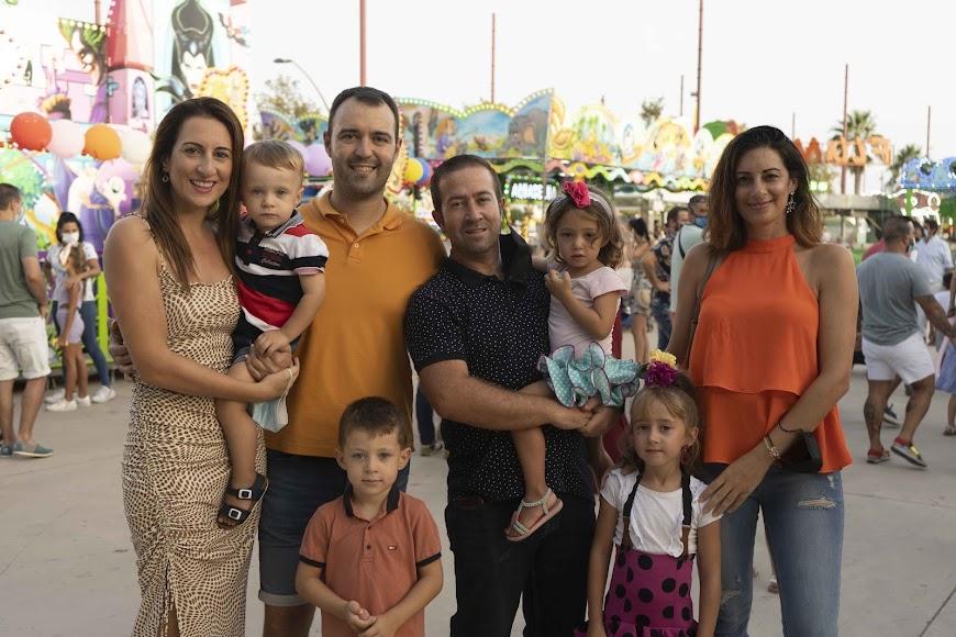 Una familia de Níjar se acercó en la noche de ayer al Recinto Ferial