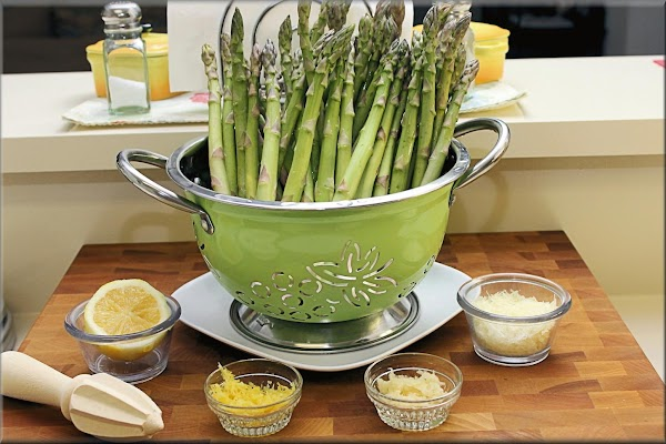 Pre-heat oven 400 ° and wash asparagus and let drain.